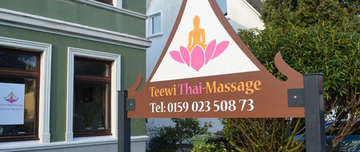 Werbeschild für das Thai Massagenstudio Teewi